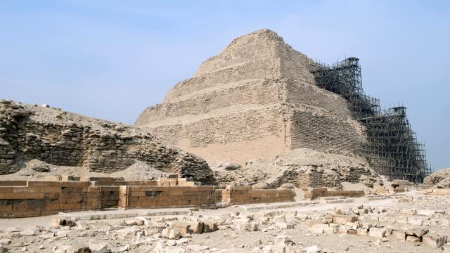 utsikt från botten av en giza pyramid i egypten. vi kan se moln på himlen ovanför monumentet. - pyramidform bildbanksvideor och videomaterial från bakom kulisserna