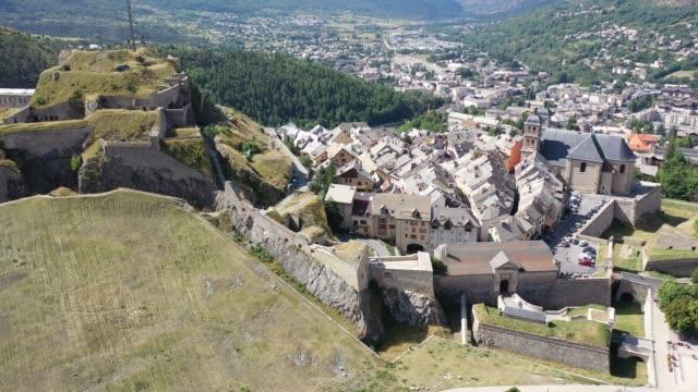 vídeos de stock e filmes b-roll de view from the drone on the city briancon - altos alpes