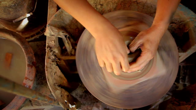 vista dall'alto di ceramica realizzata a mano - scultura video stock e b–roll