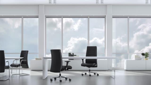 Vue depuis la fenêtre au bureau d'affaires en skyskraper le ciel nuageux. Plaque de fond, arrière-plans vidéo clé chroma. - Vidéo