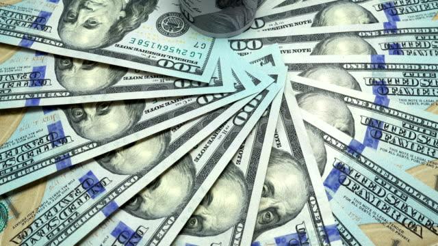 vídeos y material grabado en eventos de stock de vista 4k de un billete rotativo de cien dólares - accesorio financiero