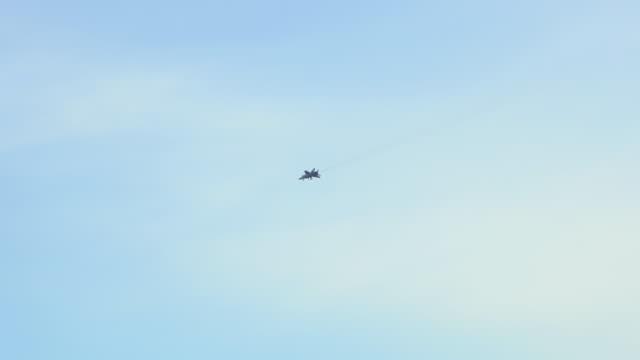 blick auf ein überschall-militärflugzeug, das durch den himmel fliegt - hornisse stock-videos und b-roll-filmmaterial