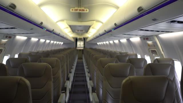 통로-아니 사람들을 통해 비행기 좌석의 보기 - airplane seat 스톡 비디오 및 b-롤 화면