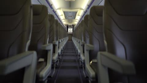 vidéos et rushes de vue des sièges de l'avion par l'intermédiaire de couloir - avion