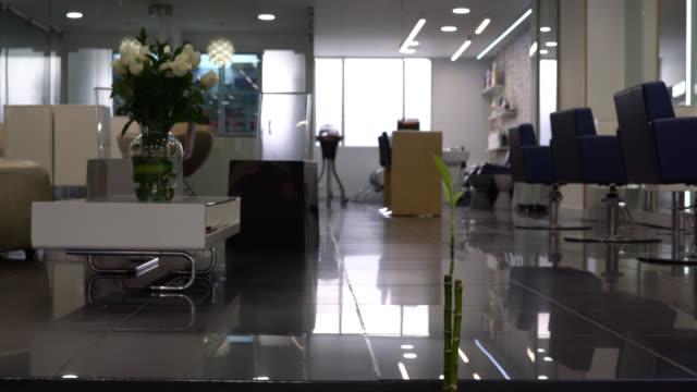 view of an empty beauty salon - no people - hairdresser filmów i materiałów b-roll