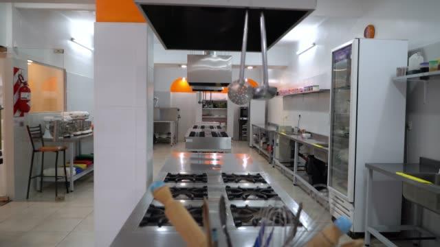 vídeos de stock, filmes e b-roll de vista de uma cozinha industrial num instituto de culinária - restaurante