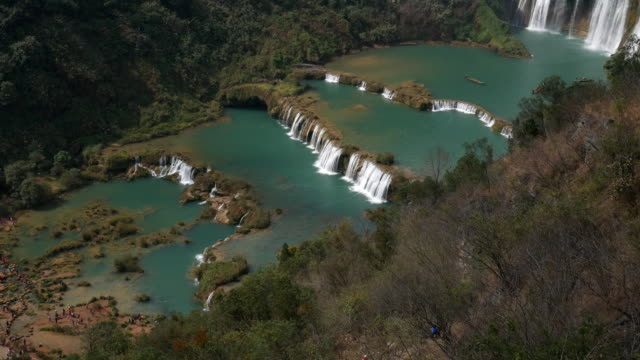 blick auf schönen mit jiulong wasserfall in gipfel, china - provinz guangxi stock-videos und b-roll-filmmaterial