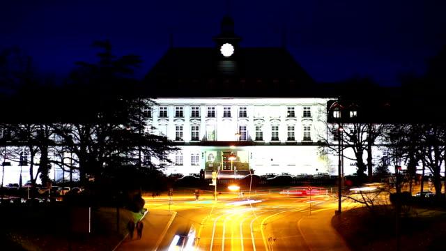 ansicht von bern's verkehr und federal palace in der dämmerung - kanton bern stock-videos und b-roll-filmmaterial