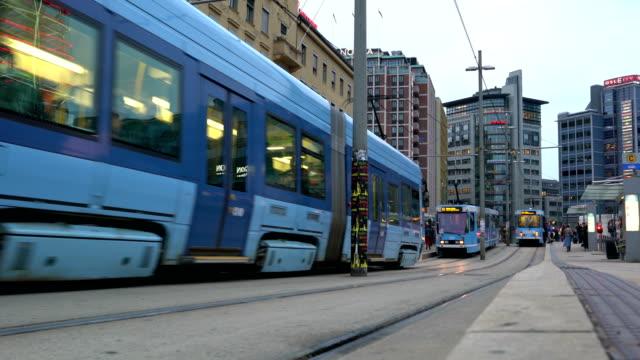 utsikt över upptagen gata i centrum av oslo, norge med människor, bil, spårvagn och buss vägtrafiken under en molnig höst dag. moderna skyskrapor - norge bildbanksvideor och videomaterial från bakom kulisserna