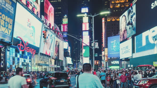 夜の忙しいタイムズスクエアのt / l tuビュー / マンハッタン、ニューヨーク - 広告点の映像素材/bロール