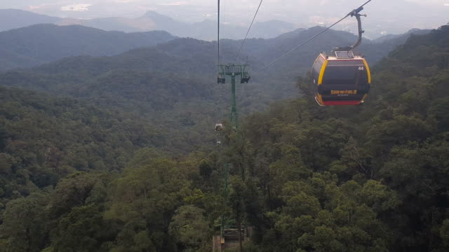 view of cable car on fog in fansipan legend,vietnam - cavo d'acciaio video stock e b–roll