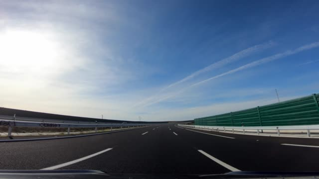 4k, pov view of car driving on highway in the provinces of seville, spain. - пешеходная дорожка путь сообщения стоковые видео и кадры b-roll