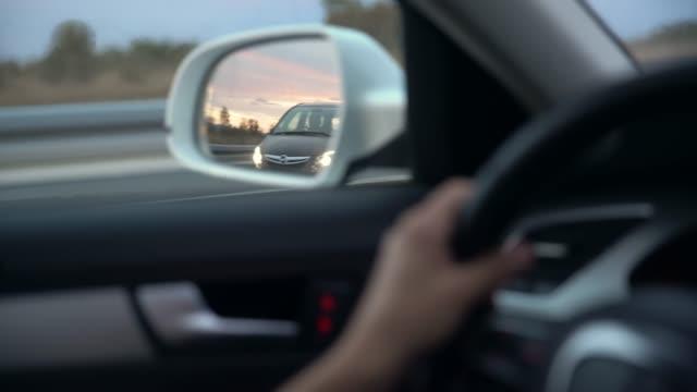 cu-ansicht des autos vorbei in seitlicher ansicht spiegel - vorbeigehen stock-videos und b-roll-filmmaterial