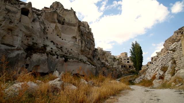 blick auf höhlenwohnungen in ortahisar. cappadocia. turkei - zentralanatolien stock-videos und b-roll-filmmaterial