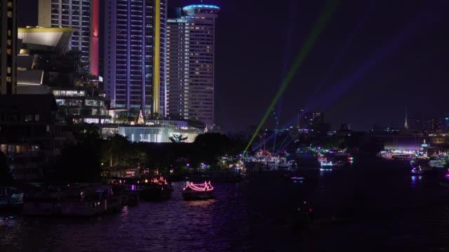 vídeos de stock, filmes e b-roll de vista do rio chao phraya em período nocturno, banguecoque, tailândia. - porto distrito