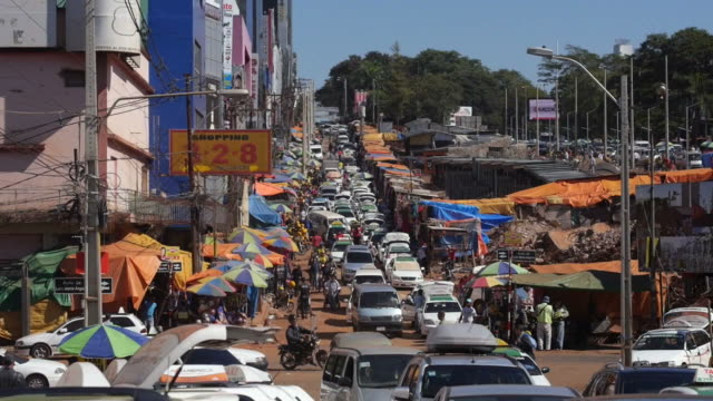 на ciudad del este, второй по величине город в парагвае. - парагвай стоковые видео и кадры b-roll