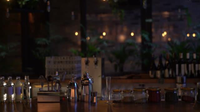 レストランのカウンター バーの表示 - バーカウンター点の映像素材/bロール