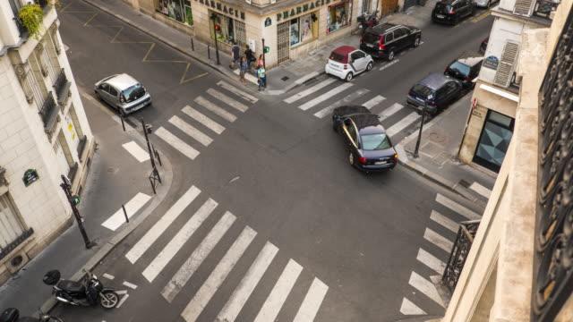 フランスのアパート - 時間の経過から横断歩道のビュー - 交差点点の映像素材/bロール