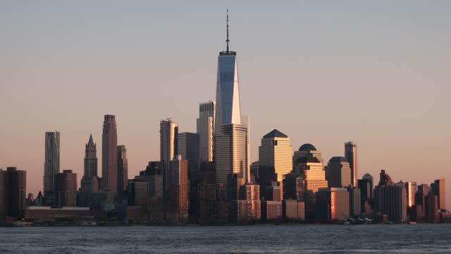 vídeos de stock, filmes e b-roll de vista do centro de manhattan no sunset / nyc - alto descrição geral