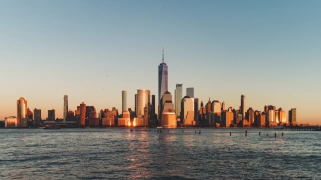 t/l ws zi view of downtown manhattan, from sunset to dusk / nyc - манхэттен стоковые видео и кадры b-roll