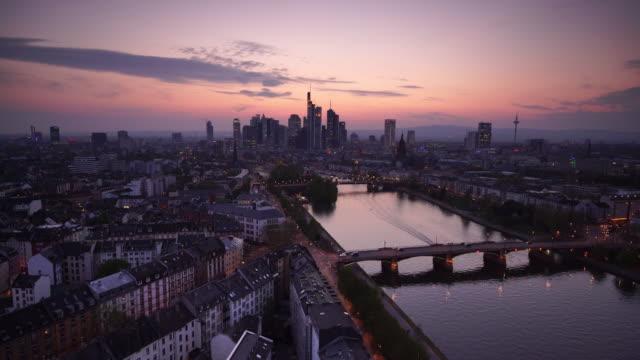 vista dello skyline della città di francoforte in germania al crepuscolo - francoforte sul meno video stock e b–roll