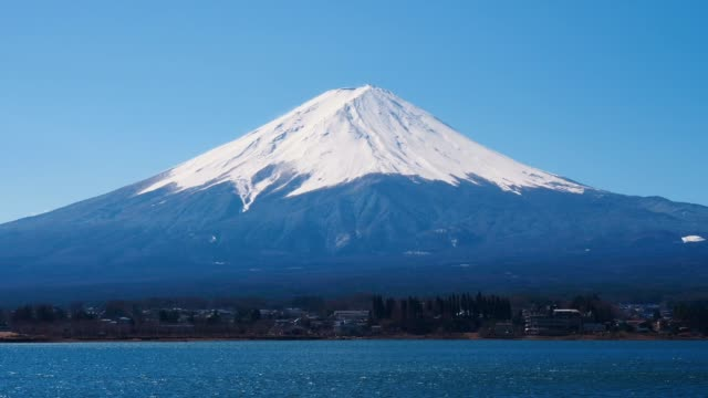 vidéos et rushes de vue de la montagne fuji du lac de kawaguchiko; zoom avant - fuji yama