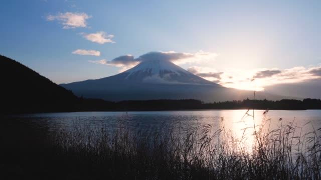 vidéos et rushes de vue de la montagne fuji du lac tanuki dans la préfecture de shizuoka, japon - fuji yama