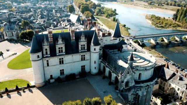 vídeos de stock, filmes e b-roll de vista do castelo medieval lindo do palácio - castelo