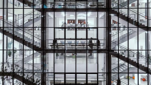 계단에서 밤에 산책 하는 사람들의 그룹의 t/l 화 보기 - modern office 스톡 비디오 및 b-롤 화면