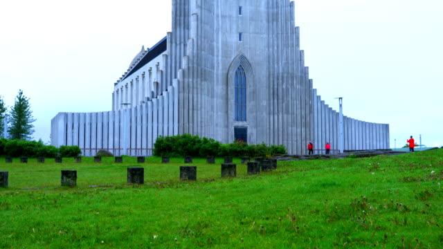 vídeos y material grabado en eventos de stock de vista de hallgrímskirkja, la catedral de la iglesia católica en reikiavik - basalto