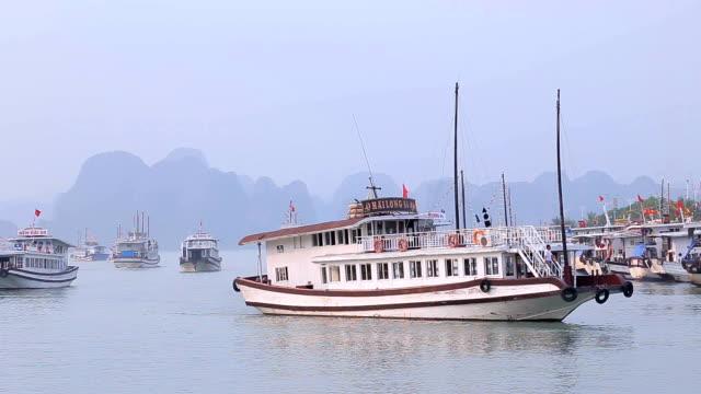 quang ninh, halong körfezi, vietnam 'daki halong körfezi iskelesi 'ndeki tuan chau uluslararası marina istasyonu 'nda halong bay cruise gemisinin görünümü. - okyanus gemisi stok videoları ve detay görüntü çekimi
