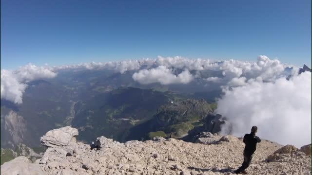 vídeos y material grabado en eventos de stock de visión pov de helicóptero volando a la cima de la montaña - memorial day weekend