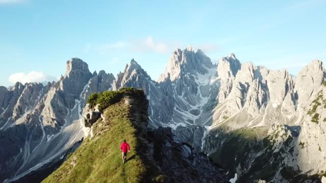 aerial view of hiker on the edge of a cliff - spektakularny krajobraz filmów i materiałów b-roll