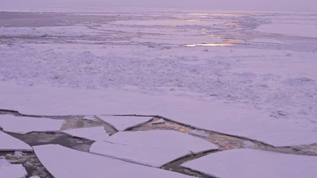vista del ghiaccio sull'oceano artico con la luce del sole - ghiaccio galleggiante video stock e b–roll