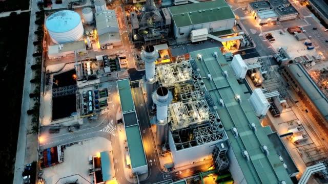blick auf beleuchtete kraftwerk und müll aufbereitungsanlage - reliability stock-videos und b-roll-filmmaterial