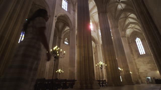 stockvideo's en b-roll-footage met uitzicht op interieur oude kathedraal - klooster