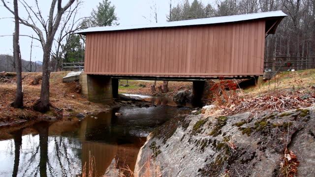 Mening van de Covered Bridge van Jack's Creek in Virginia, Verenigde Staten video