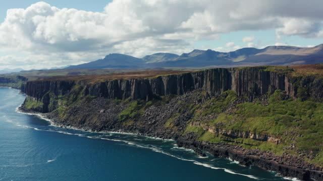 aerial:キルトロックと海からの崖の眺め - 崖点の映像素材/bロール