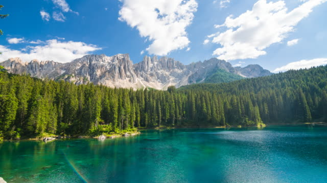 vídeos de stock, filmes e b-roll de vista do lago di carezza – karersee nas dolomitas, itália - alpes europeus