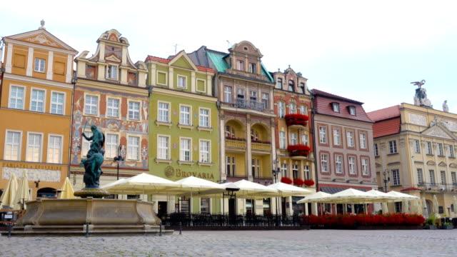 view of main square rynek of polish city poznan - polska filmów i materiałów b-roll
