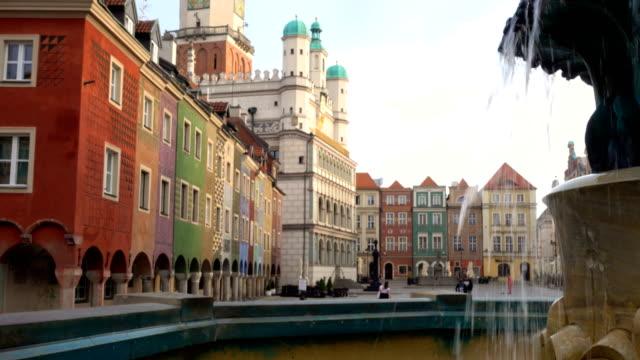 ポーランド語都市ポズナンの主な正方形 rynek 観 - 柱頭点の映像素材/bロール