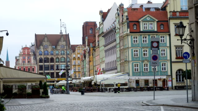 blick auf den hauptplatz rynek der polnischen stadt breslau - polnische kultur stock-videos und b-roll-filmmaterial