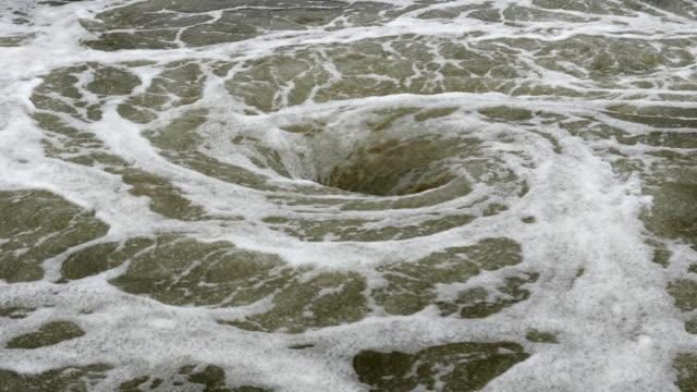 vídeos de stock e filmes b-roll de vista de hidromassagem de água natural - maré