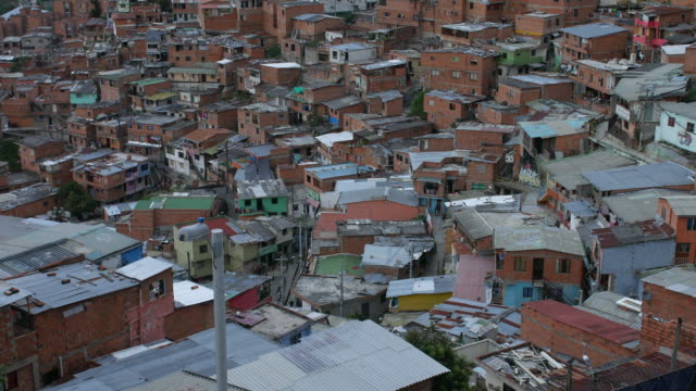 ビュー背景で市内中心部と「コムーナ 13」メデリン コロンビアの近隣のチルト アップ - 南米旅行点の映像素材/bロール