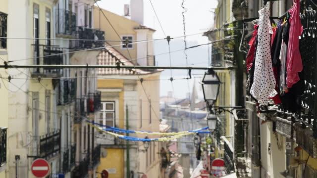 vídeos de stock e filmes b-roll de view of old city street - eletrico lisboa