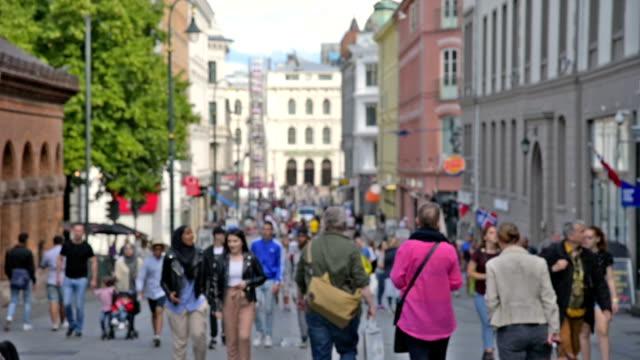 utsikt över oslo rådhus och gatuscen med människor och resenären / oslo, norge - norge bildbanksvideor och videomaterial från bakom kulisserna