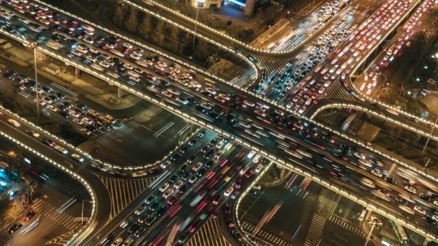 t/l pan ansicht von überführung und stadtverkehr in der nacht / peking, china - verkehr stock-videos und b-roll-filmmaterial