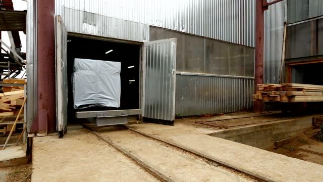 vy över packad last som rör sig på transportband - biltransporttrailer bildbanksvideor och videomaterial från bakom kulisserna