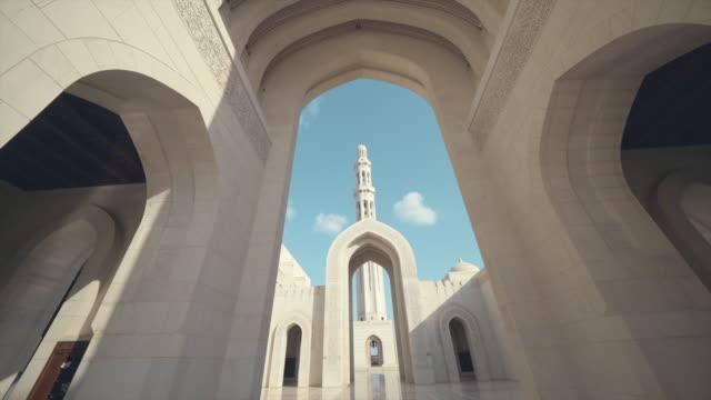 오만에 궁전 아치의 보기 - oman 스톡 비디오 및 b-롤 화면