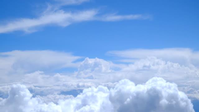 Blick auf den vorüberziehenden Wolken aus einem Flugzeug-Fenster – Video
